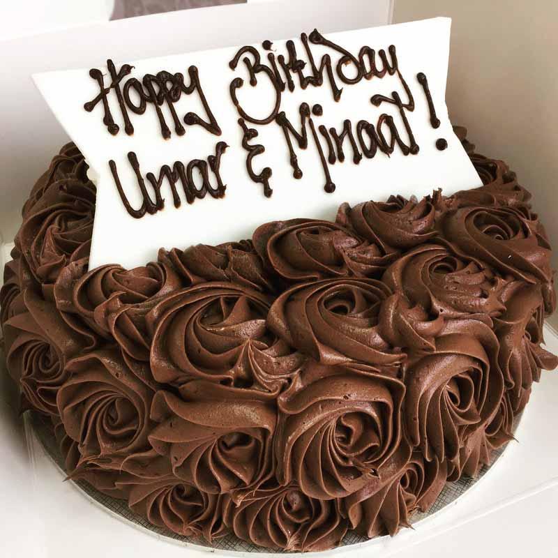 کیک تولد شکلاتی خامه ای طرح رز
